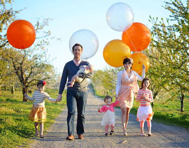 Take a walk together with balloons